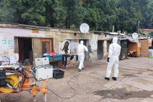 Dezinfekcia priestorov v časti osady, kde pár žije.