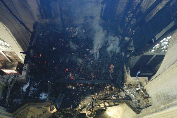 Pohľad do interiéru katedrály, ktorý zničil požiar.