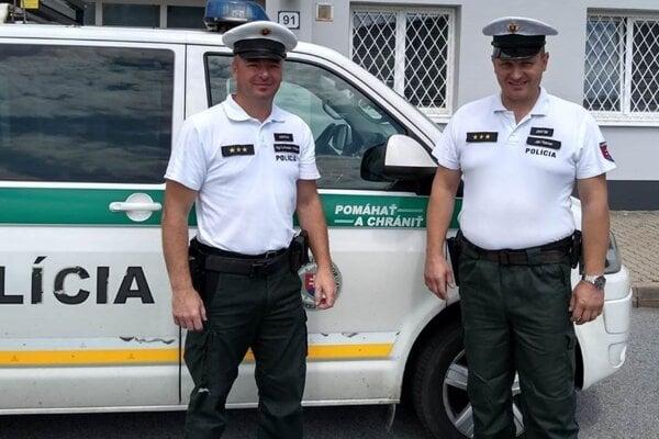 Vďaka rýchlemu zásahu policajtov sa podarilo muža zachrániť.