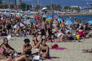 Plná mestská pláž v Barcelone.