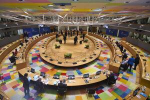 Novinári a lídri Európskej únie pred začiatkom zasadnutia okrúhleho stola počas druhého dňa summitu EÚ v Bruseli 18. júla 2020.