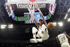 Giannis Antetokounmpo premenil smeč. Jeho tím Milwaukee Bucks patrí medzi favoritov na triumf v NBA.