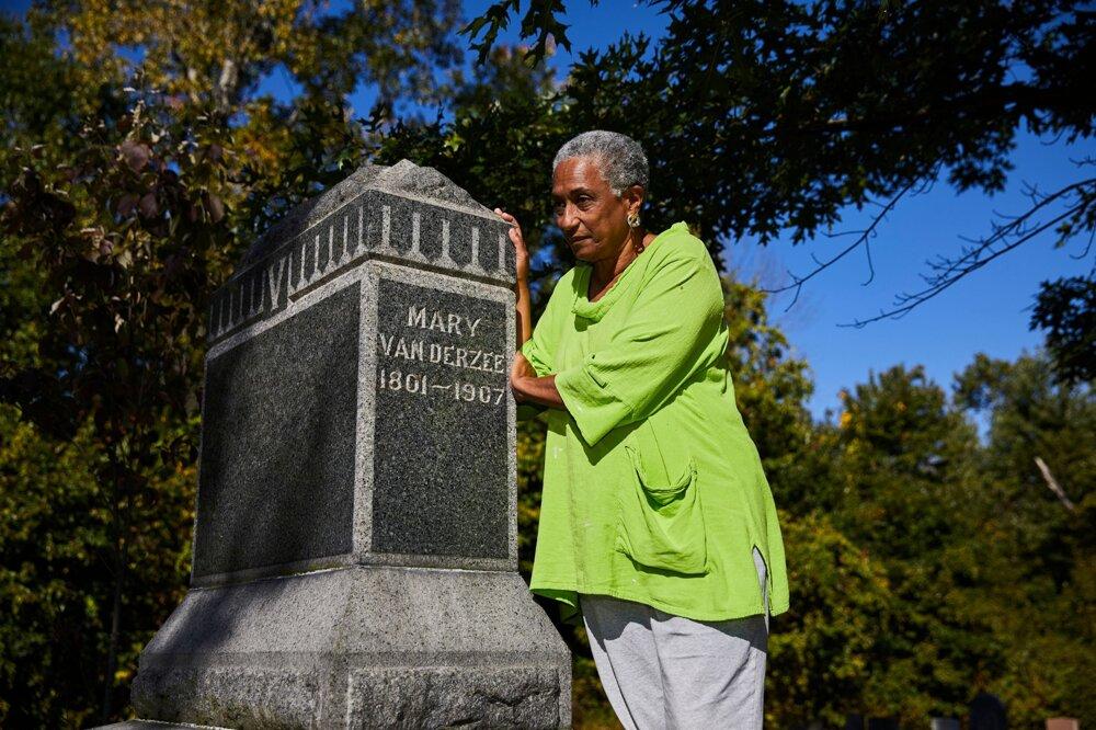 Eleanor Mireová pri hrobe Mary Vanderzeeovej.