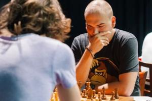 Titul majstra Slovenska v šachu obhajuje Štefan Mazúr (v čiernom).