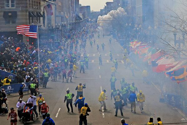 Ľudia po explózii počas Bostonského maratónu 15. apríla 2013 v Bostone.