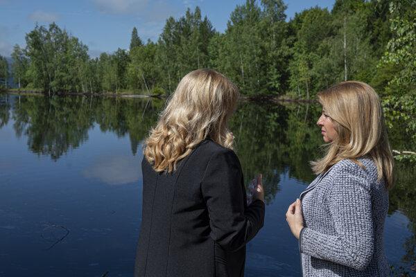 Čaputová (vpravo) a starostka obce Predajná Tatiana Čontofalská počas prehliadky miesta skládky Gudrónové jamy v obci Predajná.