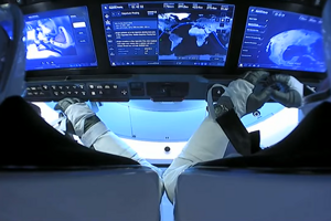 Astronauti Bob Behnken a Doug Hurley v lodi Crew Dragon pri návrate na Zem.