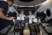 Bob Behnken (vľavo) a Doug Hurley (vpravo) krátko po tom, čo sa tím SpaceX dostal do kapsuly Crew Dragon.