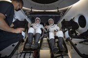 Astronauti Robert Behnken (vľavo) a Douglas Hurley v lodi od spoločnosti SpaceX po pristátí na mori.
