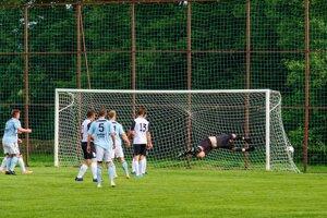 Úvodný gól Lieskovca v prvom polčase.