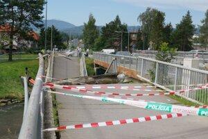 Na tomto konci mosta sa stihla žena zachrániť pred pádom.