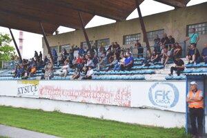 Na futbal vČadci chodí málo divákov. Pohľad do hľadiska počas derby Čadca – Krásno nad Kysucou.