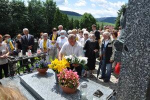 František Škapec položil veniec na hrob biskupa za oblastnú organizáciu KPVS.