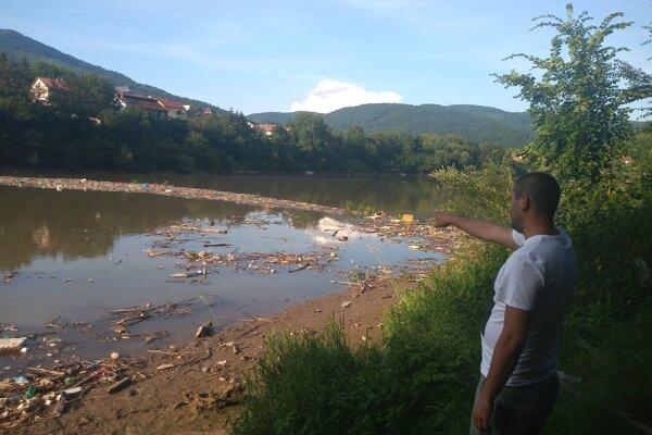 Dlhoročný rybár Martin Š. je zhrozený zo súčasného stavu Ružínskej priehrady. Namiesto rýb loví už len smeti.