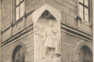 Pamätník obetiam Caraffovho súdu na rohu Evanjelického kolégia v Prešove na dobovej pohľadnici.