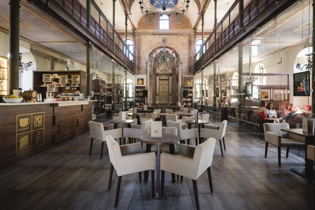 Interiér Synagóga Café, kaviarne s jedinečnou atmosférou v odsvätenej ortodoxnej synagóge, Trnava.