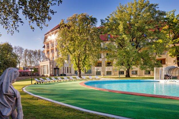 Bazén v krásnom prostredí parčíka obklopený stromami, drevinami a súsošiami v hoteli Danubius Health Spa Resort Thermia Palace, Piešťany