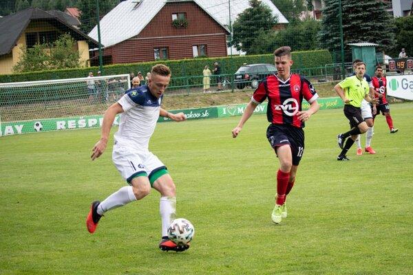 Pavol Zimka (pri lopte) strelil v úvodných dvoch zápasoch šesť gólov.