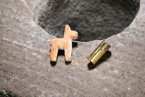 Pod vodou nájdený obetný dar Inkov ukrýval sošku lamy z lastúry mäkkýša a zlatú valcovú fóliu.