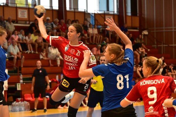 S loptou hráčka Šale Natália Némethová, vpravo dolu Barbora Königová.