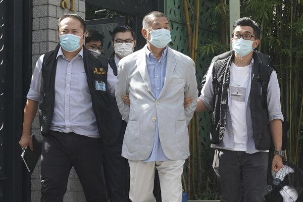 Jimmy Lai v rukách polície.