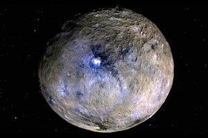 Trpasličia planéta Ceres so zvýraznenými farbami, ktoré znázorňujú rozmanitý povrchový materiál.
