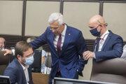Sprava minister školstva Branislav Gröhling (SaS), minister zahraničných vecí Ivan Korčok (nominant SaS) a minister zdravotníctva Marek Krajčí (OĽaNO) počas schôdze vlády 12. augusta 2020 v Bratislave.