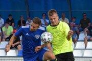 Jakub Kastelovič (vpravo) v súboji o loptu v pohárovom zápase proti Tovarníkom (0:2).