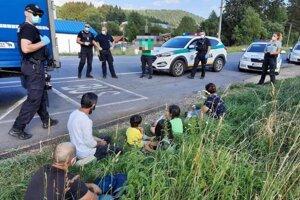 V kamióne sa ukrývalo šesť ľudí, medzi nimi aj deti.