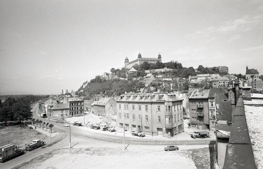 Prístupová cesta k mostu cez bývalú mestskú priekopu opäť oddelila hrad od Starého mesta.