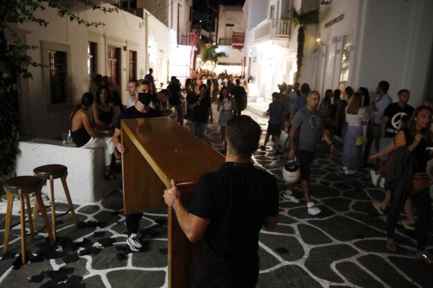 Prevádzkovatelia zatvárajú svoje bary na Mykonose. Vláda totiž zakázala nočnú prevádzku reštaurácií a barov v niektorých najvyhľadávanejších dovolenkových destináciách.