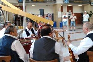 Cestujúcich v Nových Zámkoch vítala a vyprevádzala rómska ľudová hudba.