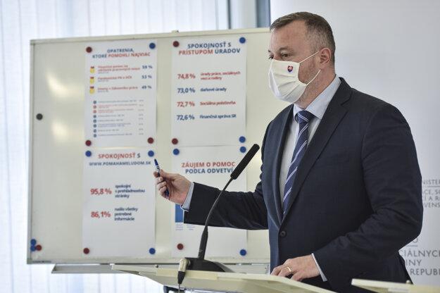 Koronavírus na Slovensku: Minister práce Milan Krajniak počas tlačovej konferencie k dopadom krízy na zamestnávateľov a ich spokojnosť s pomocou štátu.