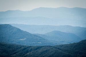 Pohľad na Poloniny a Vihorlat (úplne vzadu) z vrchu Ďurkovec.