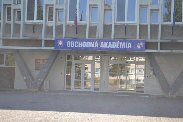 Ak poslanci spojenie škôl odobria, do budovy Obchodnej akadémie v Humennom sa presťahuje aj Hotelová akadémia.