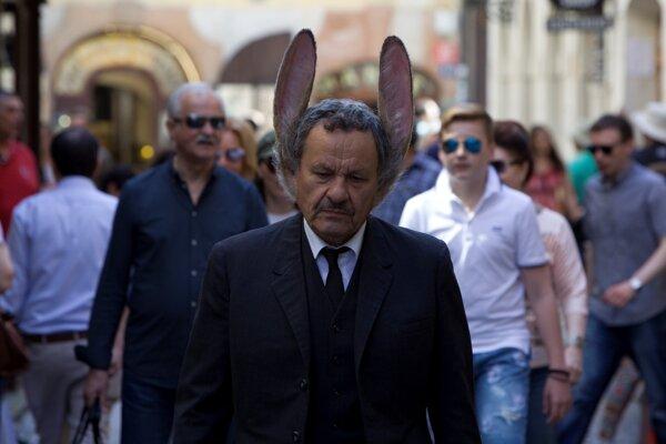 Miroslav Krobot ako muž so zajačími ušami