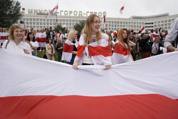 Historická vlajka Bieloruska sa stala symbolom protivládnych protestov.