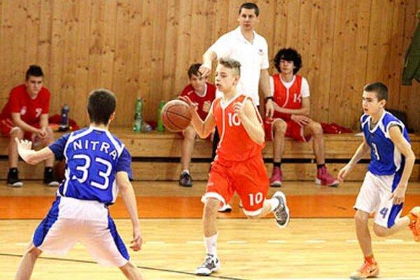 Starší žiaci Nitry si zahrajú aj proti rivalovi zo susednej Serede. V modrom Magušin a Sáraz, medzi nimi Villem zo Serede.