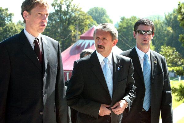 Mikuláš Dzurinda a bývalý predseda českej vlády Stanislav Gross na oslavách v roku 2004. Stanislav Gross zomrel v roku 2015 po ťažkom ochorení.
