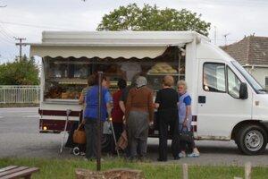 V súčasnosti v obci zabezpečuje základné potraviny, akými sú pečivo, mlieko a mäso, pojazdná predajňa.