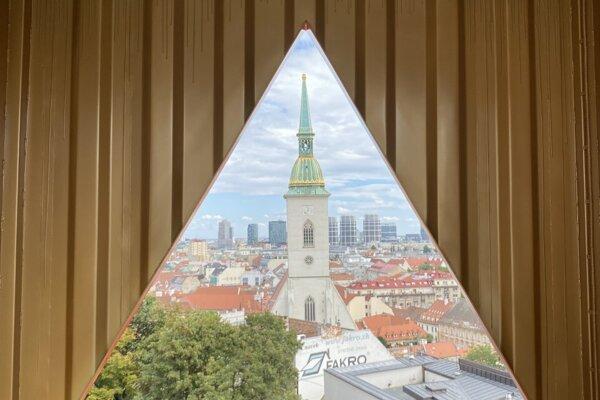Jeden z objektov Luba Mikleho na Zámockých schodoch ponúka výhľad na Dóm sv. Martina