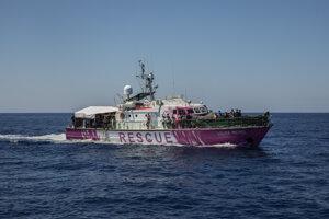 Banksym podporovaná loď s 219 migrantmi na palube.