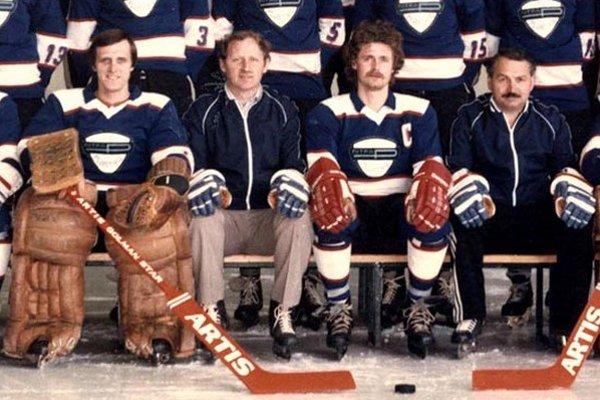 Detail snímky zo sezóny 1983/84. Zľava Ján Filc, Marián Oravec, kapitán Miroslav Ocelka a Jaroslav Jiřík.