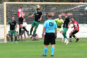 V tmavom drese hlavičkuje Peter Peciar, hrajúci tréner Nededu, autor prvého gólu v zápase.