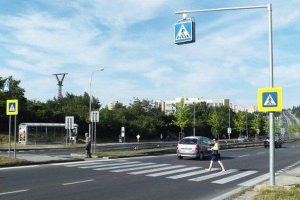 Nad priechodom na Hviezdoslavovej ulici visí svietiaca dopravná značka, v Nitre je to novinka.