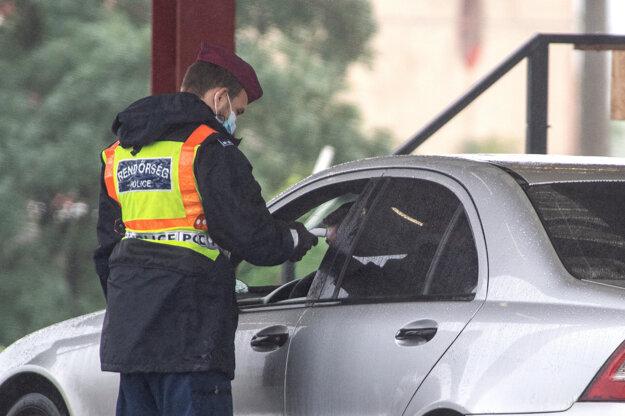 Kontrola maďarskej polície z hraničného priechodu Rajka - Čunovo pri vstupe do Maďarska.