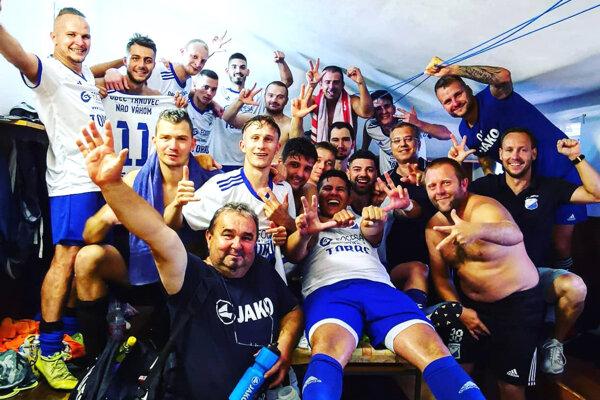 Futbalisti Trnovca nad Váhom dnes v pohári vyradili Klasov, obhajcu prvenstva. Takto sa tešili v sobotu po výhre v Seliciach. Zverenci Norberta Szikoru majú výbornú fazónu.