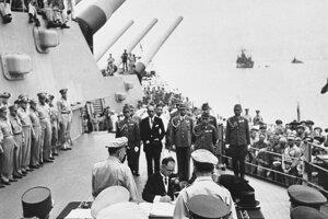 Japonský minister zahraničných vecí Mamoru Šigemicu počas podpisu kapitulácia Japonska v druhej svetovej vojne na americkej vojnovej lodi USS Missouri v tokijskom zálive.