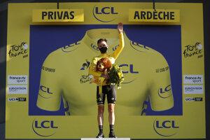 Adam Yates má na sebe žltý dres na Tour de France 2020.