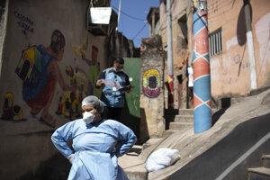 Zdravotníci vo favele Morro da Providencia v Riu de Janeiro.